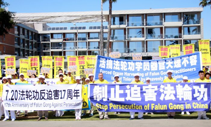 Falun Gong practitioners raise awareness about organ harvesting and other human rights crimes in China, with residents and tourists in Santa Monica, Calif., on July 17. (Xu Touhui/Epoch Times)