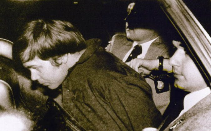 John Hinckley Jr. (L) escorted by police in Washington, DC, following his arrest after shooting and seriously wounding then-US president Ronald Reagan. A U.S. District judge ruled on July 27 that Hinckley no longer poses any danger to himself or others. (AFP/AFP/Getty Images)