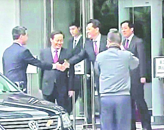 Li Gang (R) then deputy director of the Liaison Office in Hong Kong, bids farewell to Leung Chun-ying (L) at the Liaison Office in 2012. Leung was visiting the Liaison Office to express his thanks after being elected Hong Kong chief executive. (Screenshot)