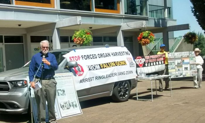 Local lawyer Clive Ansley speaks at a press conference about the forced harvesting of organs from non-consenting Falun Gong prisoners of conscience in China, in Courtenay, B.C., on July 28, 2016. Several teams of Canadian Falun Gong practitioners travelled across various provinces to call attention to a new report on the killing of imprisoned practitioners in China for their organs. (Epoch Times)