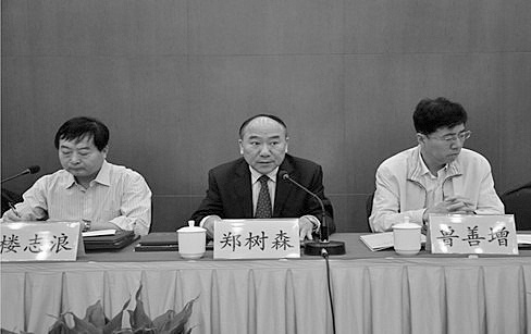 Zheng Shusen (C), a prolific liver surgeon who also heads an organization that incites hatred against the spiritual practice of Falun Gong. (WOIPFG)
