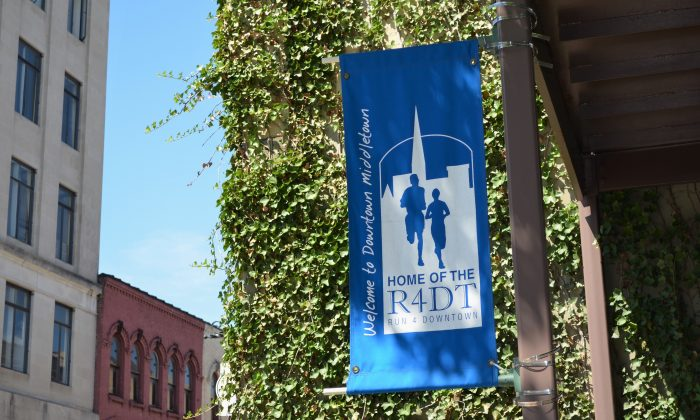 Street banner along North Street promoting the Run4Downtown in Middletown on Aug. 4, 2016. (Yvonne Marcotte/Epoch Times)