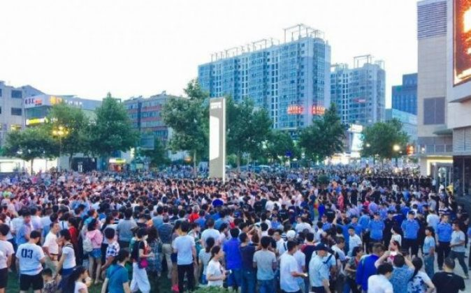 Thousands of residents in the city of Lianyungang on China's east coast protest the possibly construction of a nuclear waste project in their city on Aug. 8, 2016. (Weibo)