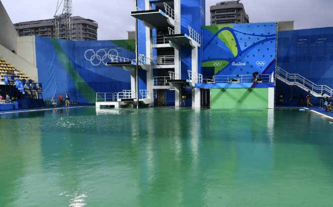 Olympic officials have shut down the diving pool of the Rio 2016 Olympic Games after water turns green. (CHRISTOPHE SIMON/AFP/Getty Images)