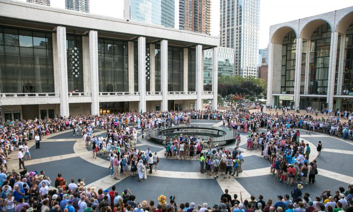 """One thousand people from around the community participate in a group song and  performance on Lincoln Center's plaza called """"the public domain,"""" written by David Lang, in New York on Aug. 13, 2016. (Benjamin Chasteen/Epoch Times)"""