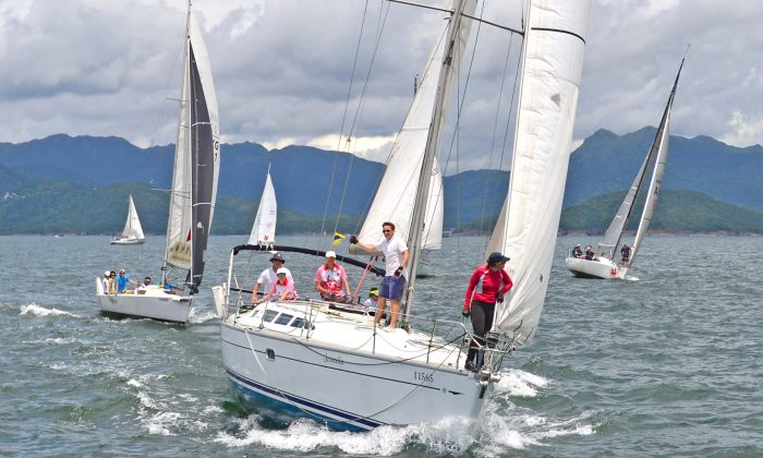 """(L-R) 'Jive', 'Scintilla' and """"Bits & Pieces' racing in the Hebe Haven Typhoon series during race 4 on July 3, 2016. (Bill Cox/Epoch Times)"""