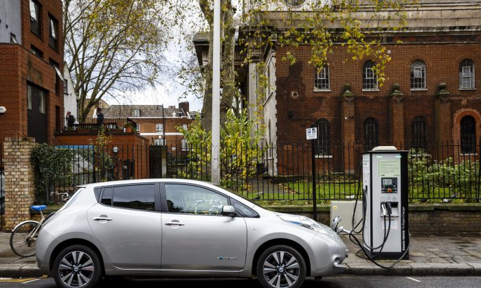 A Nissan LEAF on charge on a London street on Nov. 27, 2015.  (Miles Willis/ Stringer/Getty Images)