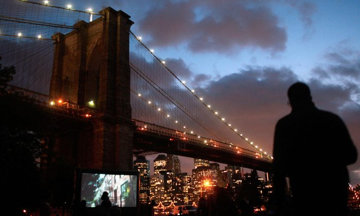 """""""Movies With a View"""" outdoor film series in the Brooklyn Bridge Park in New York on July 9, 2009. (Chris Hondros/Getty Images)"""