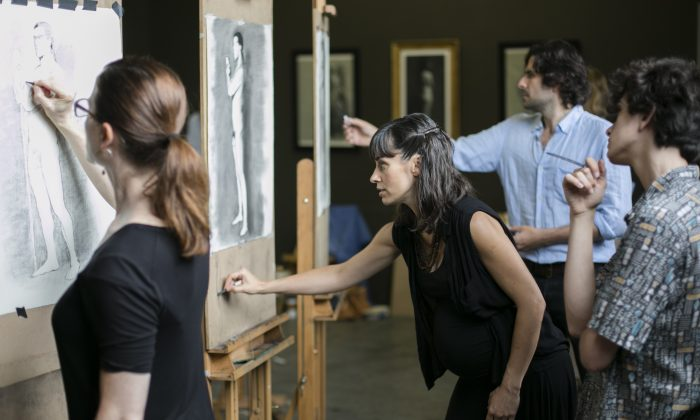 Academic Director, Jordan Sokol and principal instructor Amaya Gurpide teach at The Florence Academy of Art-U.S. Branch in Jersey City, New Jersey, on July 14, 2016. (Samira Bouaou/Epoch Times)