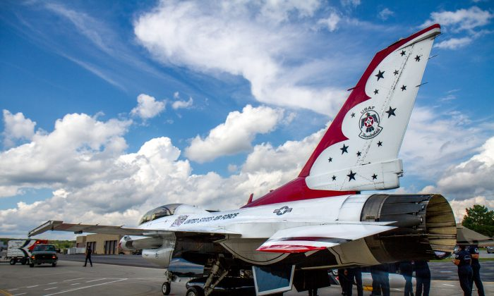 Maintenance crew getting an F-16 Thunderbird ready for the New York Air Show at the Stewart Air National Guard Base in Newburgh on Sept. 1, 2016. (Colin Fredericson/Epoch Times)