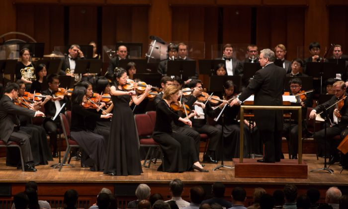 Violinist Fiona Zheng, performing Pablo de Sarasate's famed Zigeunerweisen with the Shen Yun Orchestra, at the John F. Kennedy Center for the Performing Arts, on Oct. 11, 2015. (Lisa Fan/Epoch Times)