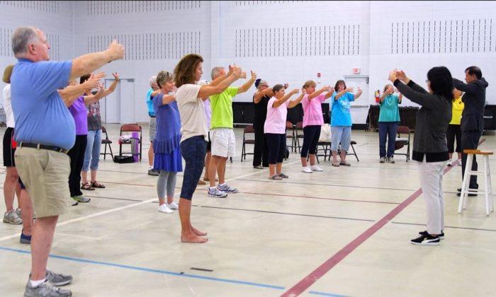 Students learning Falun Dafa standing exercises at University of Carolina Aiken on Sep. 7. (Stories of Life/NTDTV)