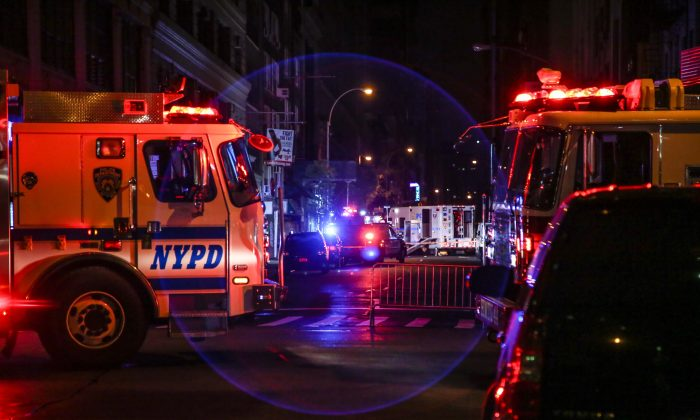The New York Police Department and the fire department investigate a potential bomb threat on 27th Street in the Chelsea neighborhood of Manhattan on Sept. 19, 2016. (Benjamin Chasteen/Epoch Times)