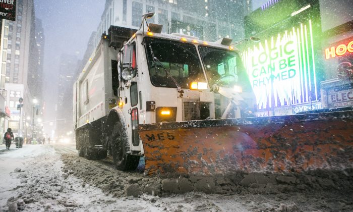 Trucks with snow plows drive down 7th Ave. during a blizzard in New York on Jan. 26, 2015. New Yorkers entering the public service now can expect pensions much lower than previous generations. (Samira Bouaou/Epoch Times)