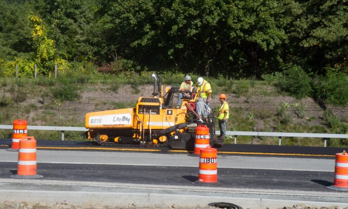 Construction workers on Route 17M in Monroe on Sept. 27, 2016. Unemployment in the county is lower than it was before the 2008 recession, as well as the current state unemployment rate.  (Holly Kellum/Epoch Times)