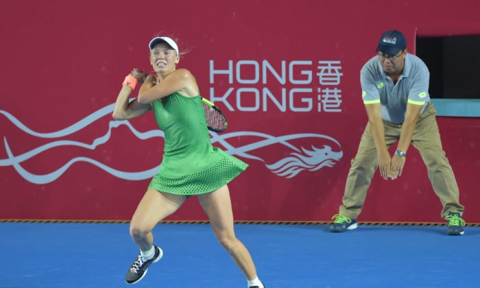 Caroline Wozniacki powers a shot down the line during her semi-final match against Jelena Jankovic in the Hong Kong Open 2016, on Saturday Oct 15, 2016. (Bill Cox/Epoch Time)