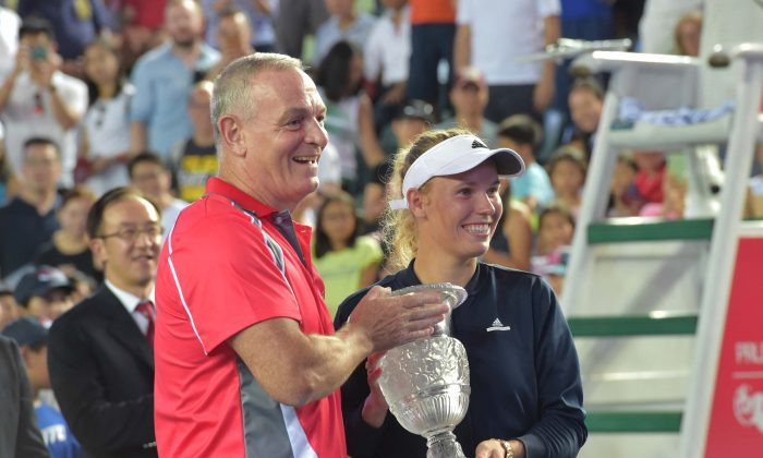 Caroline Wozniaki receives the Prudential Hong Kong Tennis Open 2016 winner's trophy from Tony Wilkey, Chief Executive of Prudential Corporation Asia, on Sunday Oct 16, 2016. (Bill Cox/Epoch Times)