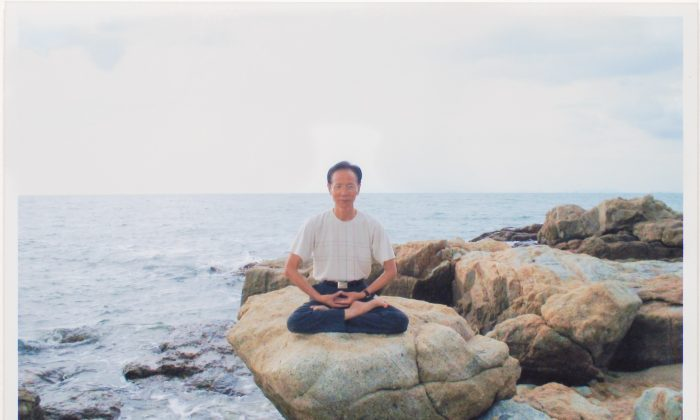 Zhang Mengye performs a Falun Gong seating meditation near the sea in Bangkok in 2006. (Courtesy of Luo Muluan)