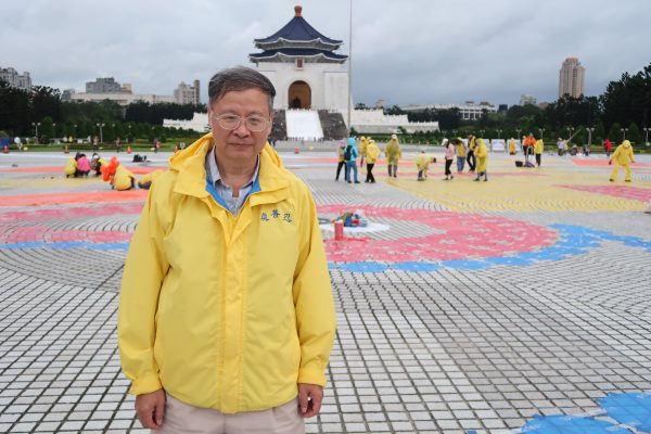Chuang Mao-chin, a retired Taiwanese government official, comes to the Liberty Square to assist in the preparation of upcoming character formation in Taipei on Nov. 24, 2016. (Frank Fang/Epoch Times)