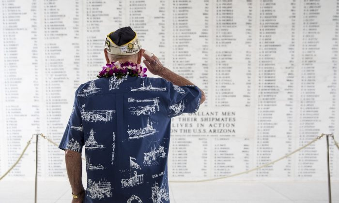 U.S.S. Arizona survivor Lou Conter salutes the Arizona Remembrance Wall during a memorial service marking the 74th Anniversary of the attack on the U.S. naval base at Pearl Harbor Dec. 07, 2015 on the island of Oahu at the Kilo Pier, Joint Base Pearl Harbor-Hickam, in Honolulu, Hawaii. (Kent Nishimura/Getty Images)