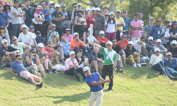 Rafa Cabrera Bello chips to the 10th green, during round 3 of the UBS Hong Kong Open on Saturday Dec 10, 2016. (Bill Cox/Epoch Times)