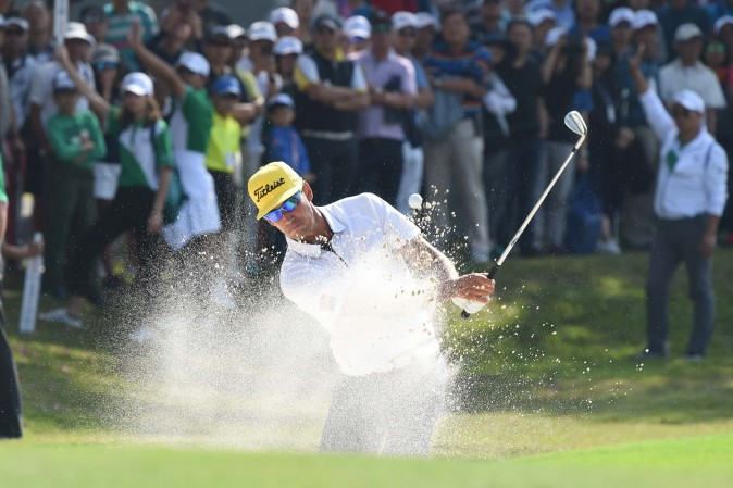 Rafa Cabrera Bello splashes out of the bunker on the 7th hole on the final day of the UBS Hong Kong Open 2016, at Fanling on Sunday Dec 11, 2016. (Bill Cox/Epoch Times)