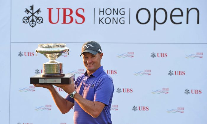 Sam Brazel of Australia displays the Hong Kong Open Trophy after winning the UBS Hong Kong Open with a birdie on the last hole, on Sunday Dec 11, 2016. (Bill Cox/Epoch Times)