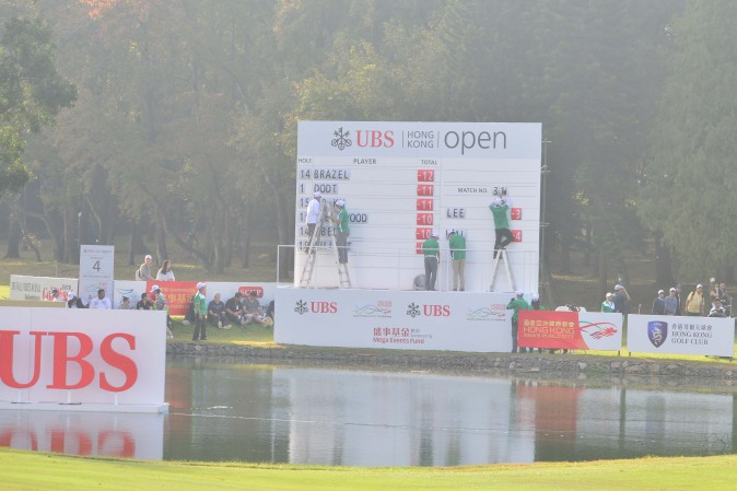 Updating the leaderboard at the UBS Hong Kong Open on Sunday Dec 11, 2016. (Eddie So)