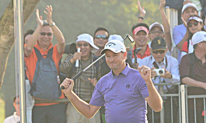 Sam Brazel celebrates winning the UBS Hong Kong Open on Sunday Dec 11, 20016. (Eddie So)