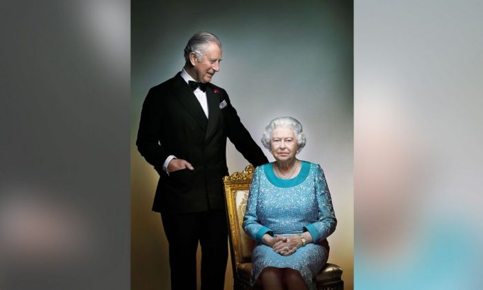 This photograph taken by Nick Knight is a portrait of Britain's Queen Elizabeth II and Prince Charles, taken in the White Drawing Room at Windsor Castle, England in May 2016, prior to the final night of The Queen's 90th Birthday Celebrations at the Royal Windsor Horse Pageant, to mark the end of the year of celebrations for The Queen's 90th birthday. (Nick Knight va AP)