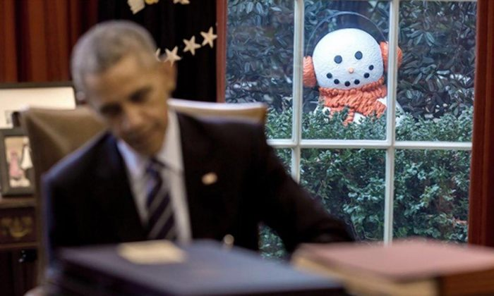 A snowy figure lurks behind the President. (PETE SOUZA/THE WHITE HOUSE)