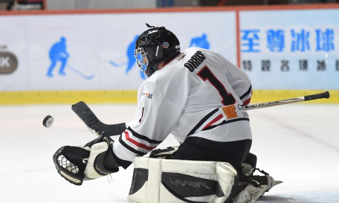 Warriors goal tender, Loron Orris stops a shot from Hong Kong Tycoons in their CHL match at Mega Ice on Thursday Dec 15, 2016. Tycoons won this match but Warriors remain top of the standings going into the end of year break. (Bill Cox/Epoch Times)