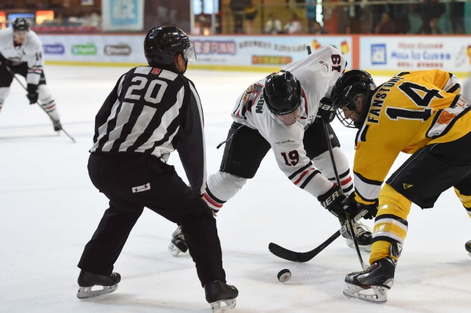 Simon Ferguson of Kowloon Warriors and Jim Fanstone of Hong Kong Tycoons face-off during their CHL match at Mega Ice on Thursday Dec 15, 2016. Tycoons won this match but Warriors remain top of the standings going into the end of year break. (Bill Cox/Epoch Times)