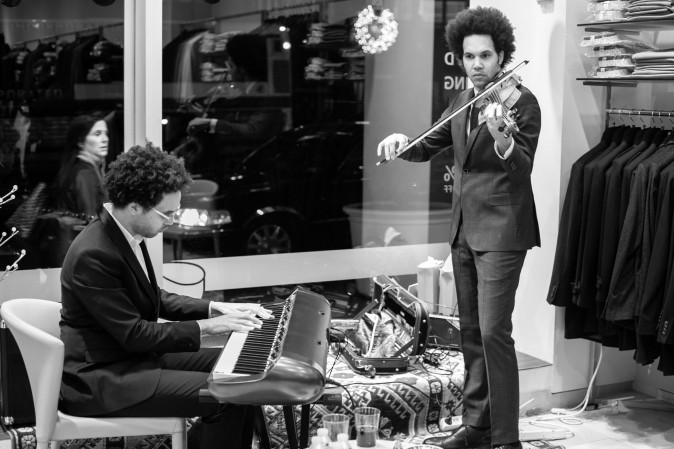 Jazz players Scott and Tony Tixier  perform at the SAYKI grand opening and holiday cocktail event at their first store in New York on Dec. 15, 2016. (Benjamin Chasteen/Epoch Times)