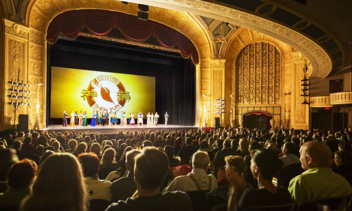 Shen Yun Performing Arts World Company's curtain call at the Detroit Opera House on Dec. 22, 2016. (Evan Ning/Epoch Times)