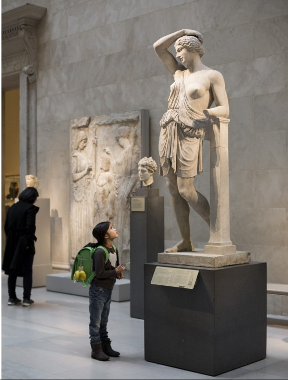 A girl looks at a statue at the Metropolitan Museum of Art in New York City on Dec. 29, 2016. (Samira Bouaou/Epoch Times)