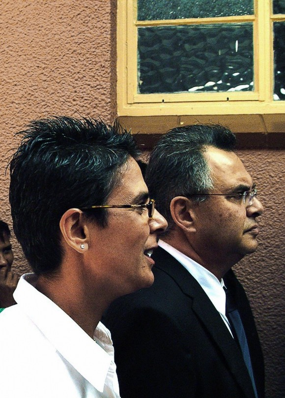 "Windhoek, NAMIBIA: US businesman Jacob ""Kobi"" Alexander (R) and his wife Hana (L) at Windhoek magistrate's court for the extradition cause against him on April 25 2007. (BRIGITTE WEIDLICH/AFP/Getty Images)"
