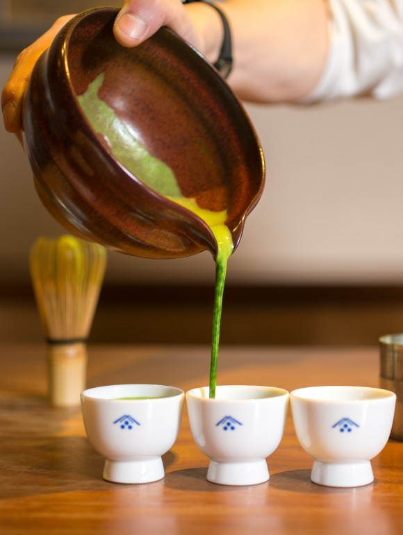 Matcha being poured at the Ippodo tea shop in Manhattan. Ippodo is a fine tea company based in Kyoto, Japan. (Benjamin Chasteen/Epoch Times)