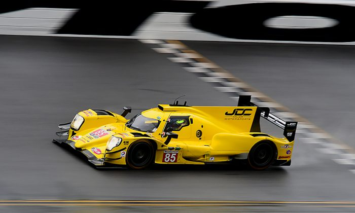The #85 JDC-Miller Motorsports Oreca-Gibson crosses the finish line at Daytona International Speedway during the rainy Saturday morning session of the 2017 IMSA WeatherTech Roar Before the Rolex 24, Jan. 7, 2017. (Bill Kent/Epoch Times)