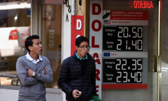 A currency board shows the US dollar exchange rate at a bureau de change in Mexico City on Jan. 11, (ALFREDO ESTRELLA/AFP/Getty Images)
