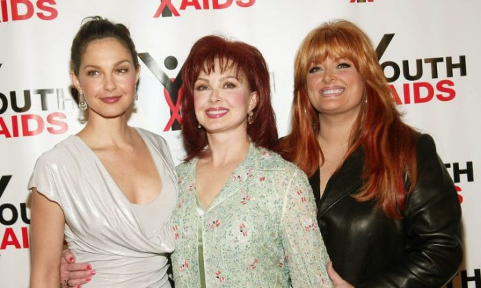 """Actress Ashley Judd (L-R), singers Naomi and Wynonna Judd arrive at the """"YouthAIDS Annual Benefit Gala 2003"""" at Capitale on October 27, 2003 in New York City.  (Photo by Evan Agostini/Getty Images For YouthAIDS)"""
