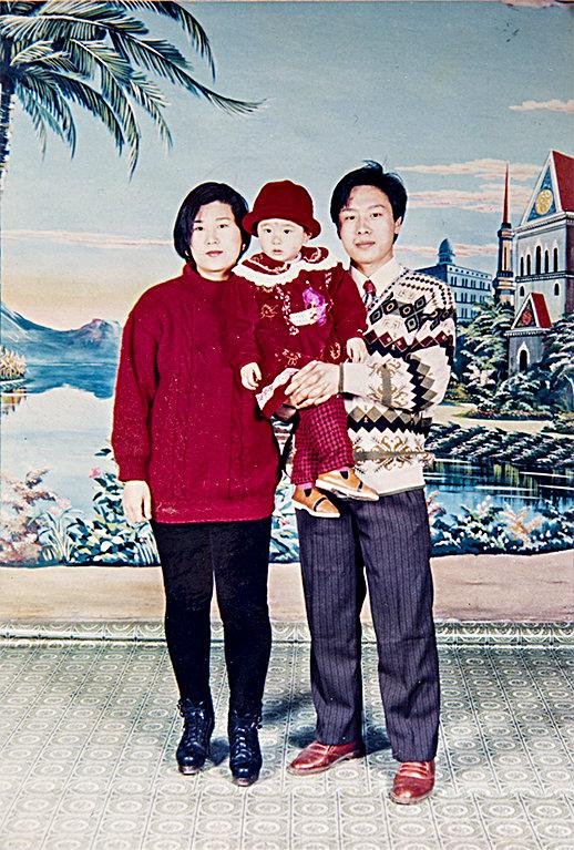 (L–R) Wang Huijuan, Li Fuyao, and Li Zhenjun in the city of Tianjin, China, in 1995, three years before they started practicing Falun Gong. (Courtesy of Li Zhenjun)