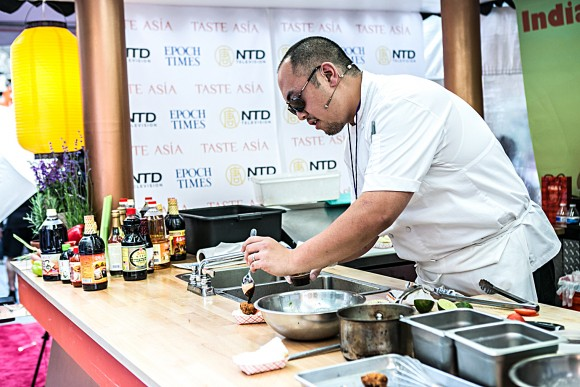 Chef Brian Tsao cooks Oyster Tempura Po' Boys at the 2015 Taste Asia Food Festival on Times Square in New York on June 26, 2015. (Samira Bouaou/Epoch Times)