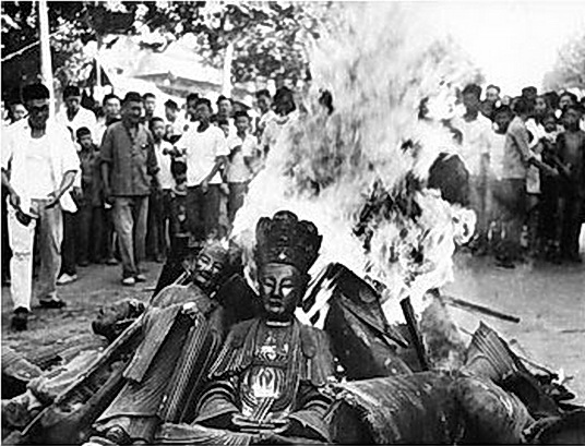Buddhist statues are set on fire during the Culture Revolution. (Public Domain)