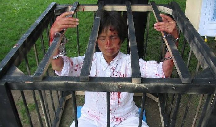 A re-enactment of the treatment of prisoners of conscience in China. (Minghui)