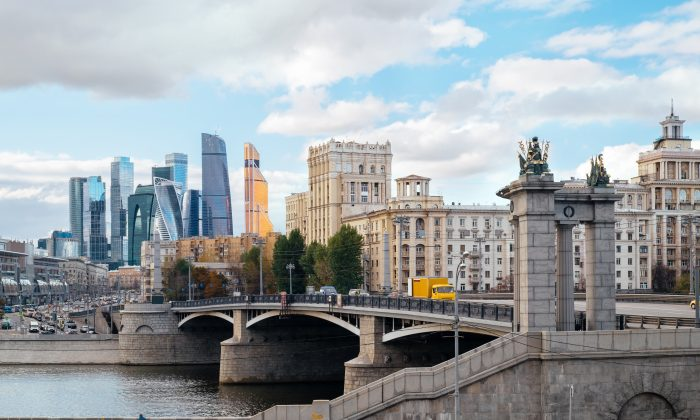 A landscape of Moscow architecture with the Borodinsky bridge, old classical buildings and modern city skyscrapers. (Dmitry Polonskiy/Shutterstock)