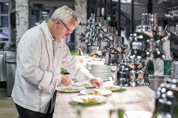 Chef David Bouley cooking at his eponymous restaurant. (Samira Bouaou/Epoch Times)