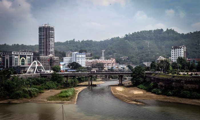 The border between China (L) and Vietnam (R) in the northern Vietnamese city of Lao Cai on May 9, 2014. Recent reports from Vietnam claim kidnapping and murder for organs to supply China's transplant industry, raising questions about reform in China. (Hoang Dinh Nam/AFP/Getty Images)