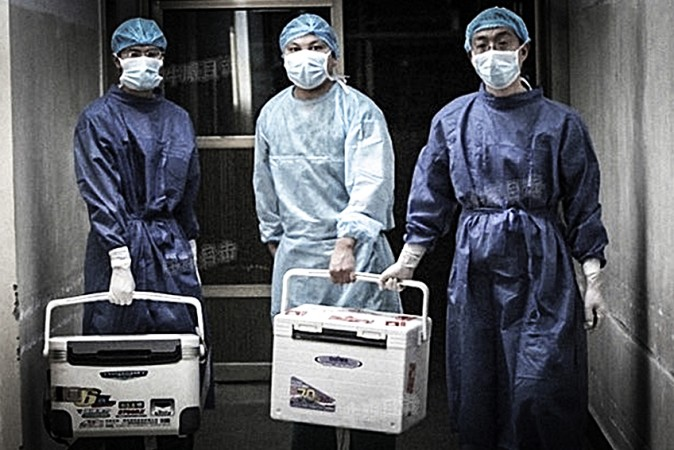 Chinese doctors carry fresh organs for transplant in 2012. (Screenshot/Sohu.com)