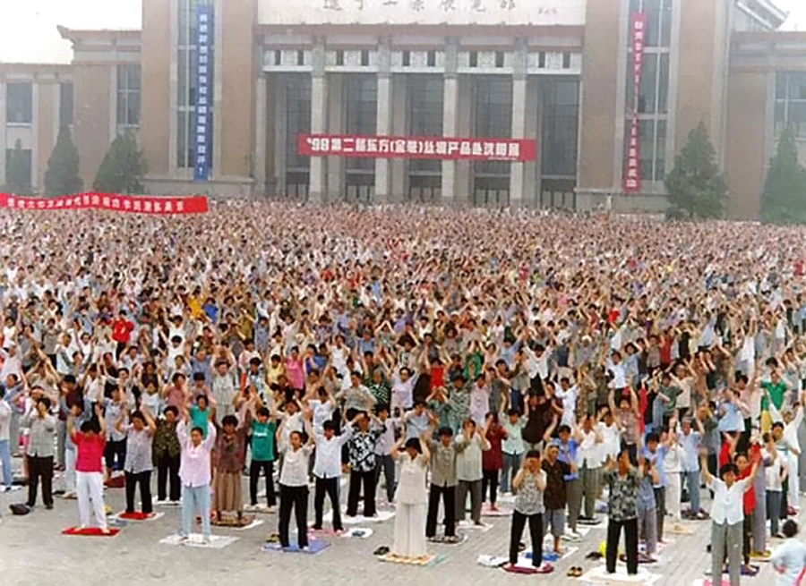 In a photo taken before July 1999, Falun Gong practitioners practice the exercises in Shenyang, Liaoning province, China. (Minghui)